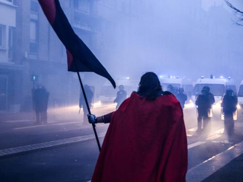 Le chevalier antifasciste a fait face aux cordons de CRS.