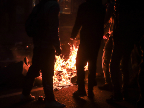 Les manifestants ont brûlé quelques poubelles.