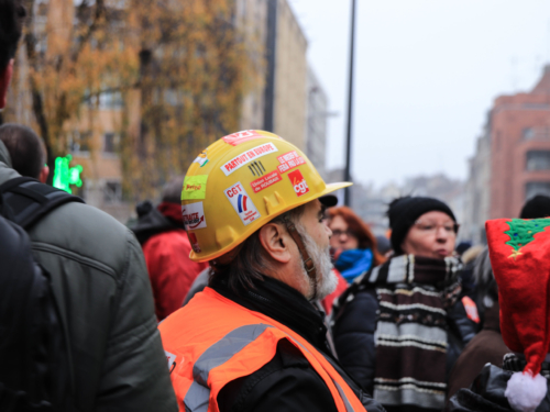 Un manifestant arbore fièrement son appartenance syndicale.