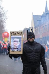 """E. Macron, grimé en Joker """"destructeur d'acquis sociaux"""" pour ce Batman."""