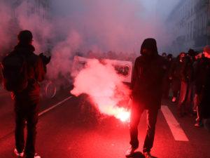 De nombreux fumigènes ont été allumé pour camoufler les militants.