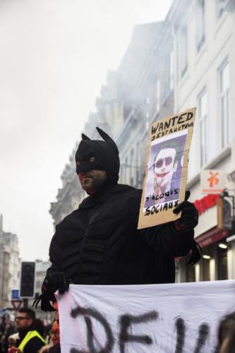 """Proche de la gare Lille Flandres, un manifestant déguisé en """"Batman"""" a détourné le Président de la République en """"Joker"""""""