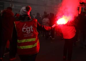 Une manifestante de la CGT avec dans la main un fumigène lors de la manifestation contre la réforme des retraites du 5 décembre 2019.