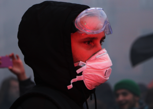 Un manifestant équipé d'un masque lors de la manifestation contre la réforme des retraites du 5 décembre 2019.