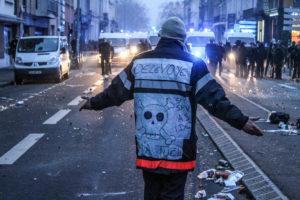 Un pompier se permet de rappeler aux policiers en face de lui qu'il se bat aussi pour eux et leur futur.
