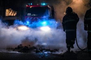 Dure journée pour ces sapeurs pompiers. On range le tuyau et on rentre à la caserne.