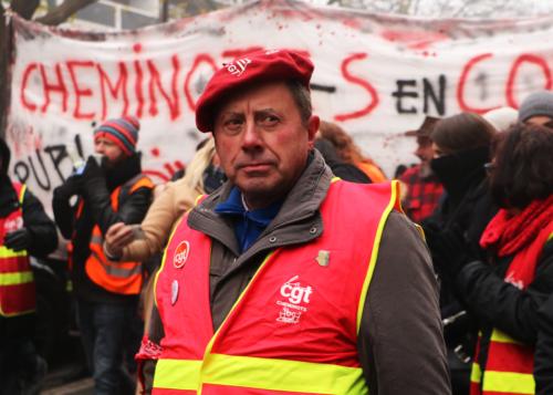 Manifestant de la CGT cheminots en tête de cortège de la manifestation contre la réforme des retraites du 5 décembre 2019.