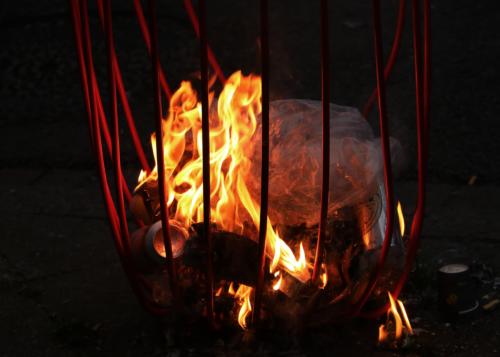 Une poubelle en feu lors de la manifestation contre la réforme des retraites du 5 décembre 2019.
