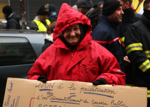Une dame âgée tenant une pancarte lors de la manifestation contre la réforme des retraites du 5 décembre 2019.