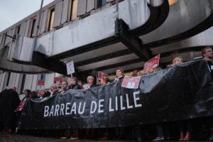 Les avocats en début de blocage, devant l'entrée principale du palais de justice.