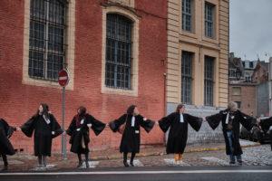 Les avocats forment une chaîne humaine : il ceindront finalement l'entierté du palais de justice.