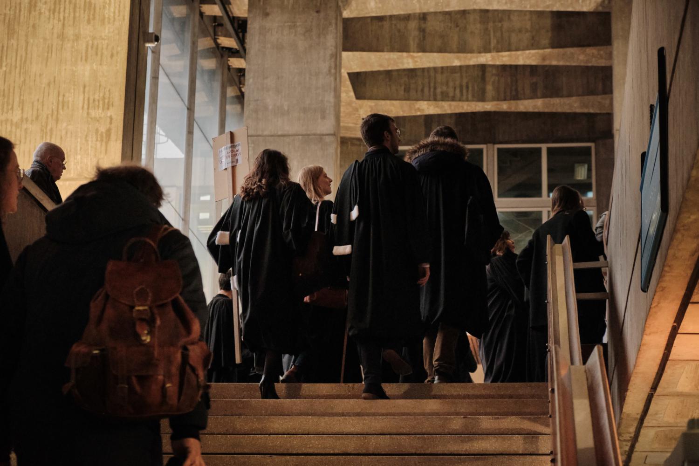 Les avocats finissent par re-rentrer dans le palais, tandis que d'autres restent dehors pour le bloquer. Ils s'organisent alors en AG et en actions symboliques.