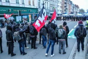 """Un """"Black Bloc"""" provoquant qui attend une réaction des CRS"""