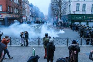 Premiers jets de gaz lacrymo, dispersant les manifestants