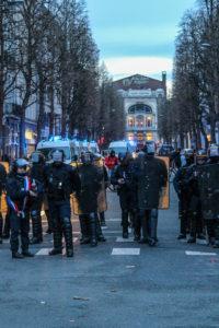 Les forces de l'ordre ont repoussé les manifestants, libérant le théâtre Sébastopol