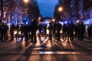 Les forces de l'ordre bloquent la rue Inkerman, c'est la fin de la manif...