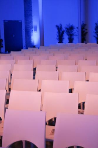 Ce soir, Pierre Buissart attendait plus d'une centaine de personnes, à en croire les nombreuses chaises disposées devant la tribune et les dizaines de coupes disposées sur les tables. Au final, une trentaine de personnes à peine seront présentes. «Un véritable fiasco», pour citer le prétendant au beffroi.