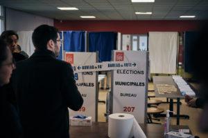"""C'est en sa qualité de """"délégué"""" que Julien Poix visite les bureaux de vote. Il y est souvent bien accueilli. A chaque fois, il n'omet pas de se désinfecter les mains avec du gel hydroalcoolique. Hypocondriaque le Julien ? En tous cas, l'ambiance dans tous les bureaux est à la prudence : marquage au sol, gants, désinfectant..."""