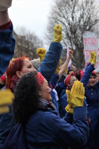 Place de la République, les Rosie, meneuses de la marche, s'applaudissent une dernière fois ©Lisa Mauny