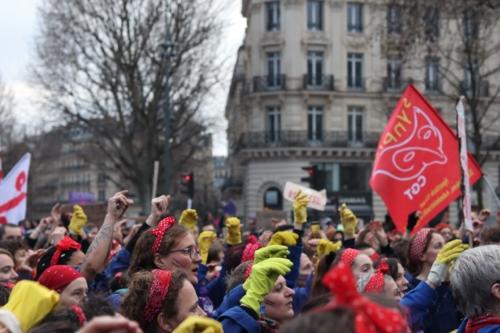 Fin de la manifestation vers 18h30 place de la République : les voix s'unissent une dernière fois en faveur des droits des femmes ©Lisa Mauny