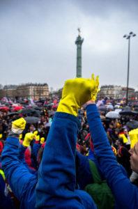 le poing levé, face à la Bastille et aux dizaines de milliers de manifestant.e.s, l'émotion est intense. ©Marie Littlock