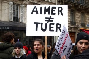 """Des jeunes militantes crient leur rage, """"On ne tue pas par amour"""" ©Laura Beaudoin"""