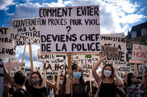 Au début du rassemblement, une centaine de femmes arrivent en même temps, affiche à la main.