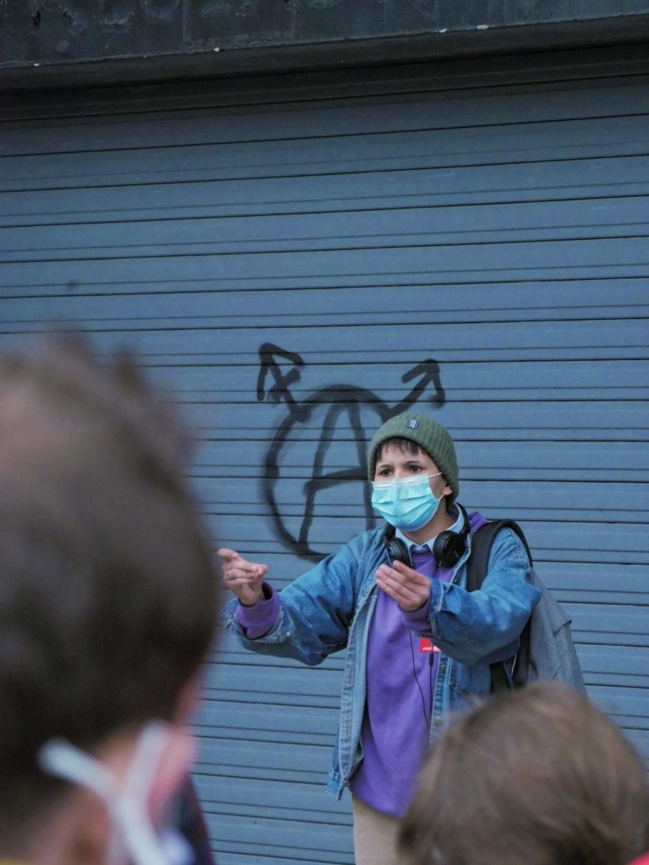 syndicaliste étudiante qui prend la parole pour Doona