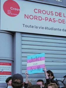 """pancarte """"justice pour Doona"""" devant le CROUS"""