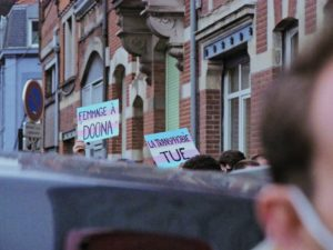 pancartes en hommage à Doona