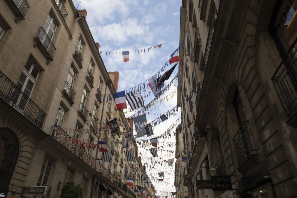 Drapeaux entre les bâtiments de la Rue Crébillon