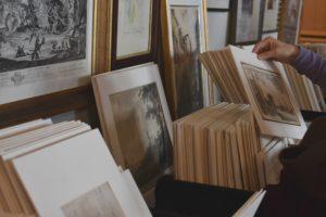 Une visiteuse admire des dessins