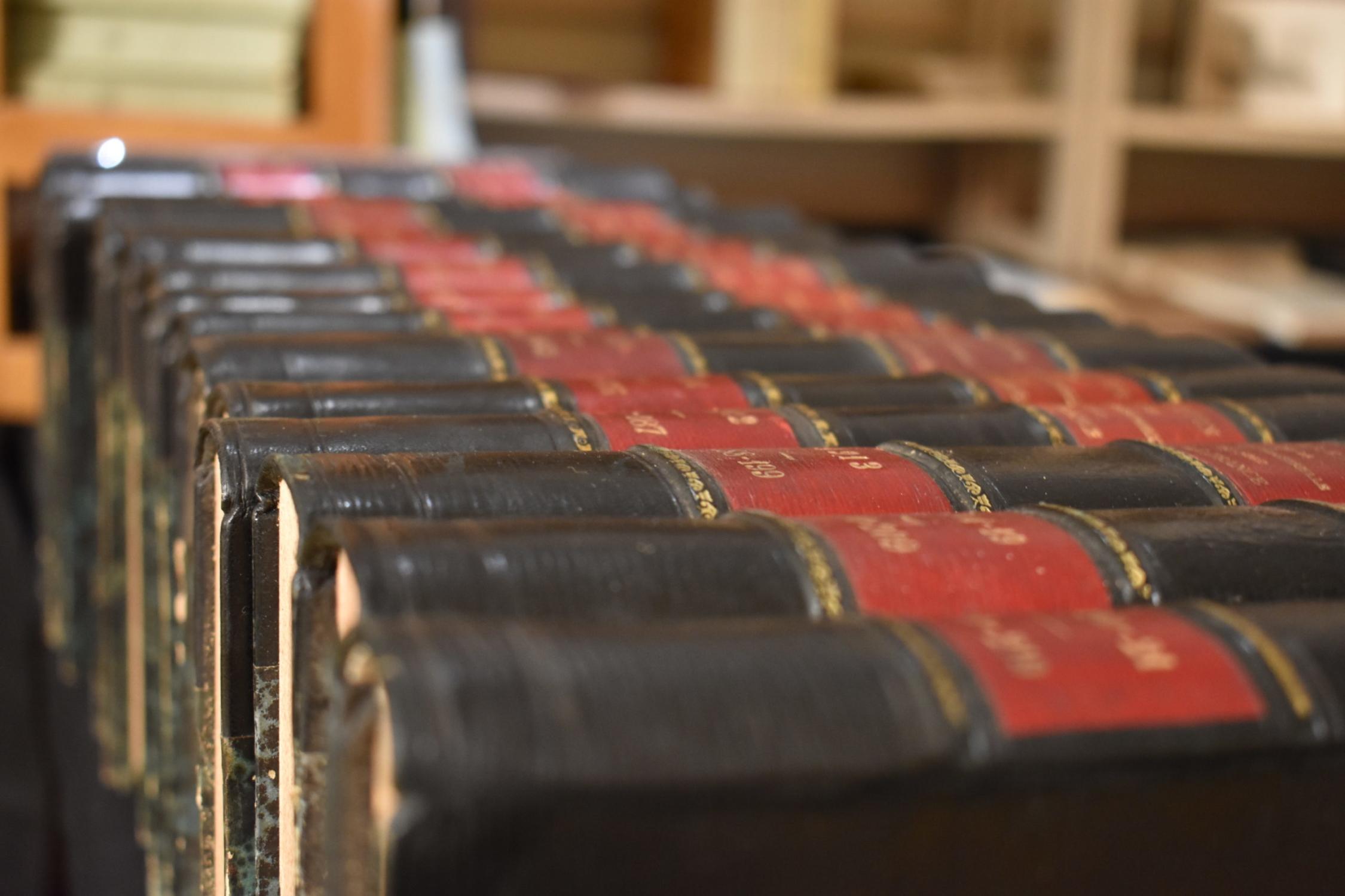 Des livres anciens noirs et rouges