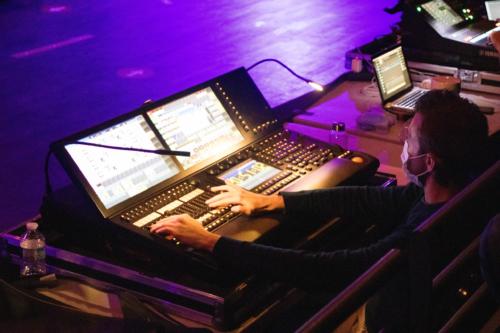 A la régie technique, c'est la concentration ; tout est fait pour ambiancer un maximum le public venu en nombre profiter de la soirée.
