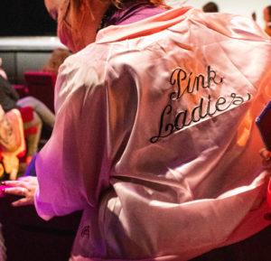 Une fan des Pink Ladies, groupe de jeunes filles, culte du film.