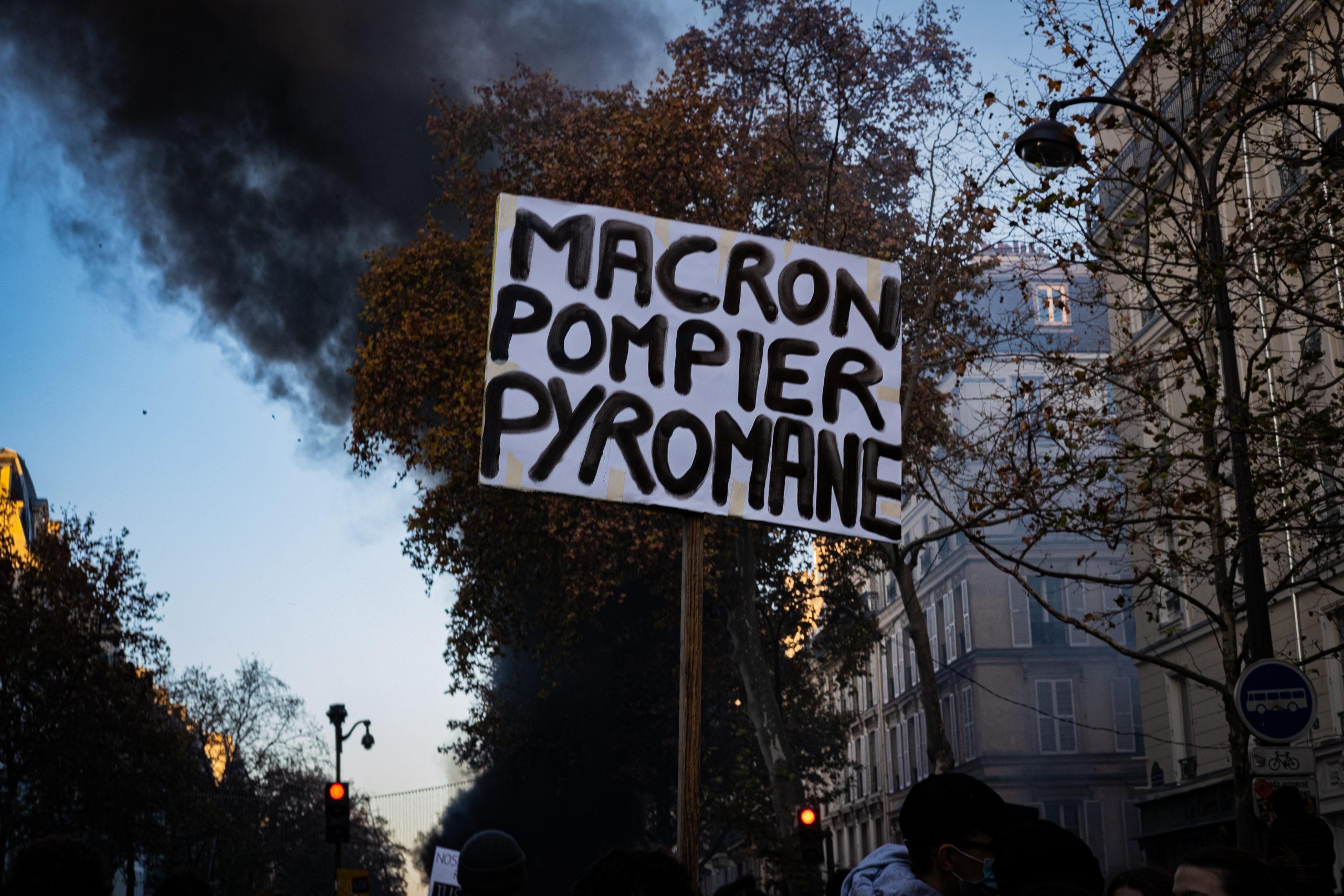 Des voitures sont en feu aux abords de Bastille.© Chloé Lavoisard