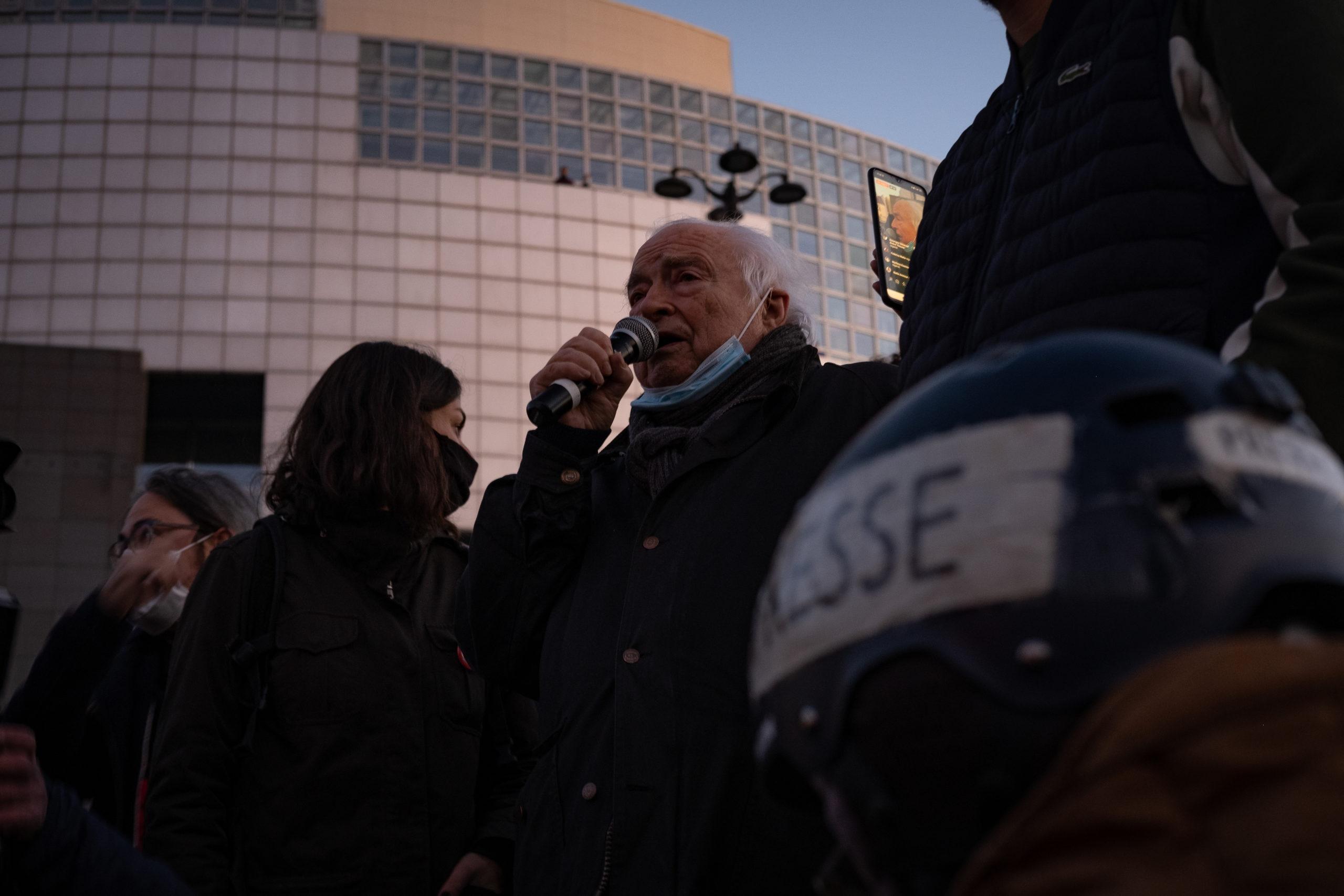 Henri Leclerc, Président d'honneur de la Ligue des Droits de l'Homme prend la parole dans un discours émouvant.© Chloé Lavoisard