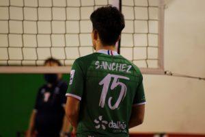 La réceptionneur envoie son ballon sur le passeur, ici Matias Sanchez. © Valentin Maio