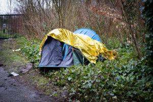 Les tentes sont parfois recouvertes de couvertures de survie.
