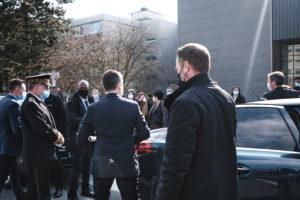 Le préfet du Nord accueille les ministres.