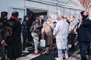 Le barnum qui accueille la vaccination bondé, entre ministres et politiciens locaux.