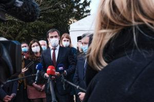 Olivier Véran répond aux médias.