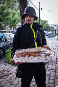 Ismaël, un membre du CPU est fier de montrer les gâteaux distribués en ce jour d'Aïd