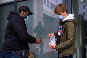 Carl et Louis s'occupent de répartir la nourriture dans des petits sachets avant de la distribuer aux sans-abris