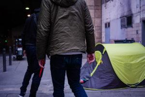 Tentes après tentes, les jeunes supporters distribuent les repas
